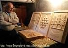 Bezručovu chatu na Lysé hoře ozdobí dřevěné erby z dílny proskovického řezbáře