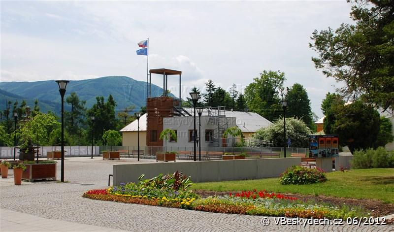 Beskydské rehabilitační centrum - nádvoří a rozhledna, v pozadí Nořičí hora